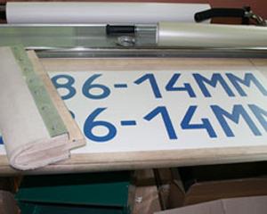 Подготовка к нанесению монтажной пленки на вырезанное изображение