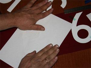 Аккуратно нанесите клей на размеченную поверхность, для приклеивания символа.